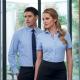 Camicia da divisa donna elegante, maniche corte, colore azzurro, tessuto cotone poliestere, pantaloni eleganti grigi